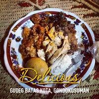 Photo taken at Lesehan Nasi Gudeg Cukupan Batas Kota by DEDI S. on 5/18/2013