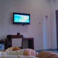 Foto diambil di Hotel Ratna oleh Hiu M. pada 8/7/2014