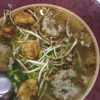 Photo taken at เล็กต้มยำ (แป๊ะทอง) Lek Tom Yum (Pae Thong) by Peeployy on 12/2/2016