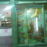 รูปภาพถ่ายที่ Pollo Express โดย Leonardo L. เมื่อ 12/15/2012