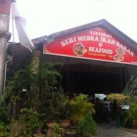 Photo taken at Seri Mesra Ikan Bakar & Seafood by Abdylas T. on 1/5/2013