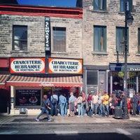 Photo taken at Schwartz's Montreal Hebrew Delicatessen by Justin V. on 9/16/2012
