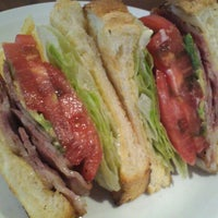 Photo taken at ウエストパークカフェ 羽田店 West Park Cafe by Hisashi N. on 10/15/2012