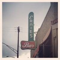 Снимок сделан в Ernie's Bar & Pizza пользователем Sara P. 8/30/2013