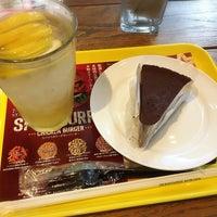 Photo taken at Freshness Burger by しげ on 8/18/2018