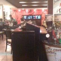 Photo taken at Pizza Hut by Wuryanano™ on 10/11/2012