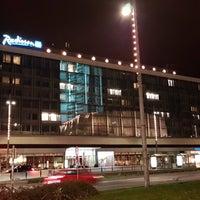 Das Foto wurde bei Radisson Blu Hotel Leipzig von Louis C. am 12/12/2017 aufgenommen