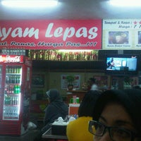 Photo taken at Warung Ayam Lepas by Raspuryada y. on 12/17/2012