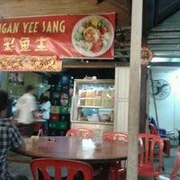 Photo taken at 新香港海鲜饭店 by Zhiyen on 3/8/2013