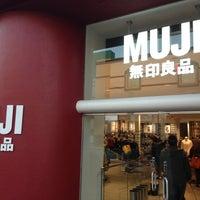 รูปภาพถ่ายที่ MUJI 無印良品 โดย Osamu Y. เมื่อ 12/28/2012