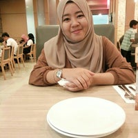 Photo taken at Pizza Hut, Mahkota Parade by Dian E. on 6/2/2016
