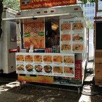 Foto tomada en Noodle House Food Cart por Tara W. el 8/19/2013
