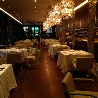 Foto tirada no(a) Dolce & Gabbana Gold Restaurant por Nina 💫 E. em 1/23/2013