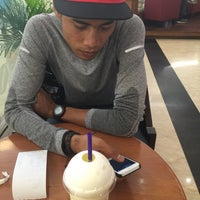 Photo taken at The Coffee Bean & Tea Leaf by Edward T. on 5/1/2015