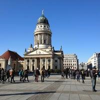 Das Foto wurde bei Gendarmenmarkt von Sir Henry am 3/16/2013 aufgenommen