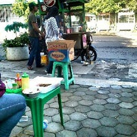Photo taken at Bubur Ayam Jakarta gerobak ijo by Fery A. on 12/25/2012