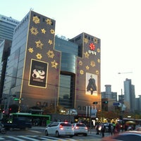 Photo taken at SHINSEGAE Department Store by Yun Ji C. on 11/9/2012