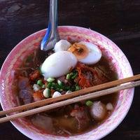 Photo taken at บะหมี่โบราณ เฮงเฮง by กัปตัน ป. on 9/1/2013