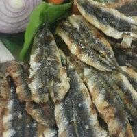 Photo taken at Yeşillik balık & salata by Sibel E. on 12/25/2015