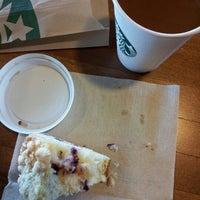 Photo prise au Starbucks par drew w. le10/5/2012