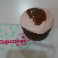 Photo taken at Cupcakes by Tom by Gabriela R. on 7/25/2013