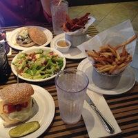 Foto tomada en Bobby's Burger Palace por Sushi el 9/23/2016