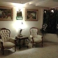 Photo prise au Aliana Hotel & Suites par Ariel A. le3/22/2013
