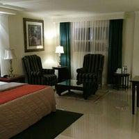 Photo prise au Aliana Hotel & Suites par Ariel A. le11/13/2015