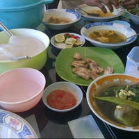 Photo taken at Rumah Makan Purnama by Dewi R. on 11/27/2012