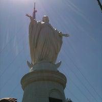 Foto tirada no(a) Virgen Cerro San Cristóbal por Nikky V. em 11/3/2012