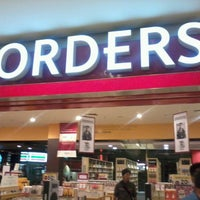Photo taken at Borders by Izwan N. on 9/16/2012