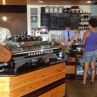 Das Foto wurde bei Houndstooth Coffee von Anne M. am 6/7/2013 aufgenommen