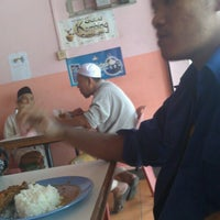 Photo taken at Nasi Kukus Ayam Goreng by samad r. on 9/28/2012