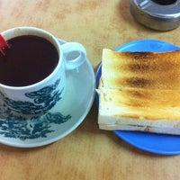 Photo taken at Soo Kam Kee Kedai Makan Dan Minuman by Lim C. on 4/25/2014