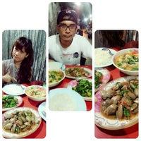 Photo taken at รัานหัวปลา สะพานควาย by Knoi A. on 10/23/2013