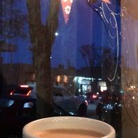 Foto tomada en Bittersweet Chocolate Cafe por Kathleen N. el 1/13/2018