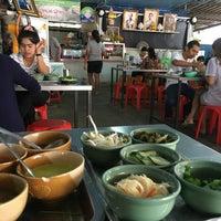 Photo taken at ขนมจีนเส้นสด เมืองคอน หน้าเรือนจำ by Kanok C. on 5/28/2017