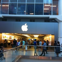 Photo taken at Apple Store by Eduardo H. on 7/25/2013