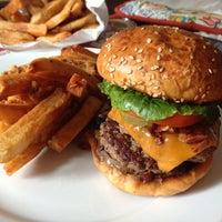 Das Foto wurde bei F. Ottomanelli Burgers and Belgian Fries von Yan H. am 7/13/2013 aufgenommen