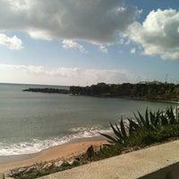 Foto tirada no(a) Praia de São Pedro do Estoril por Ana M. em 1/13/2013