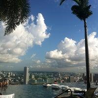 Das Foto wurde bei Rooftop Infinity Pool von Julia K. am 7/8/2013 aufgenommen