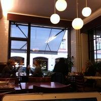 Das Foto wurde bei Café Succès von Annukka B. am 10/17/2012 aufgenommen