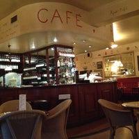 Photo prise au Café Rouge par Marshall M. le10/28/2013