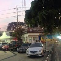 Photo taken at ป้อมตำรวจหน้าสถานีเพชรบุรี by Aksaranan J. on 2/4/2016