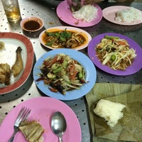Photo taken at ไก่ย่างท่าช้าง ตลาดอุดมสุข by Miss Mo T. on 7/6/2014