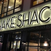 Foto tirada no(a) Shake Shack por ZEZ em 3/28/2018