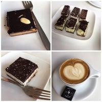 Foto tomada en Doppio Espresso por Bianca K. el 6/15/2017