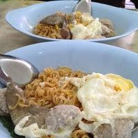 Photo taken at ร้าน โจ๊ก มาม่า ป้าเตาถ่าน by Hapum H. on 4/23/2012