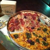 Foto tirada no(a) A Firma Pizzas por Li D. em 3/3/2012