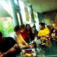 Das Foto wurde bei wartsaal | kaffee bar bücher von rouge am 5/7/2012 aufgenommen